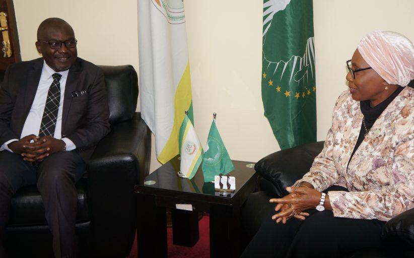 المفوض الإقليمي لأروشا يزور المحكمة الأفريقية