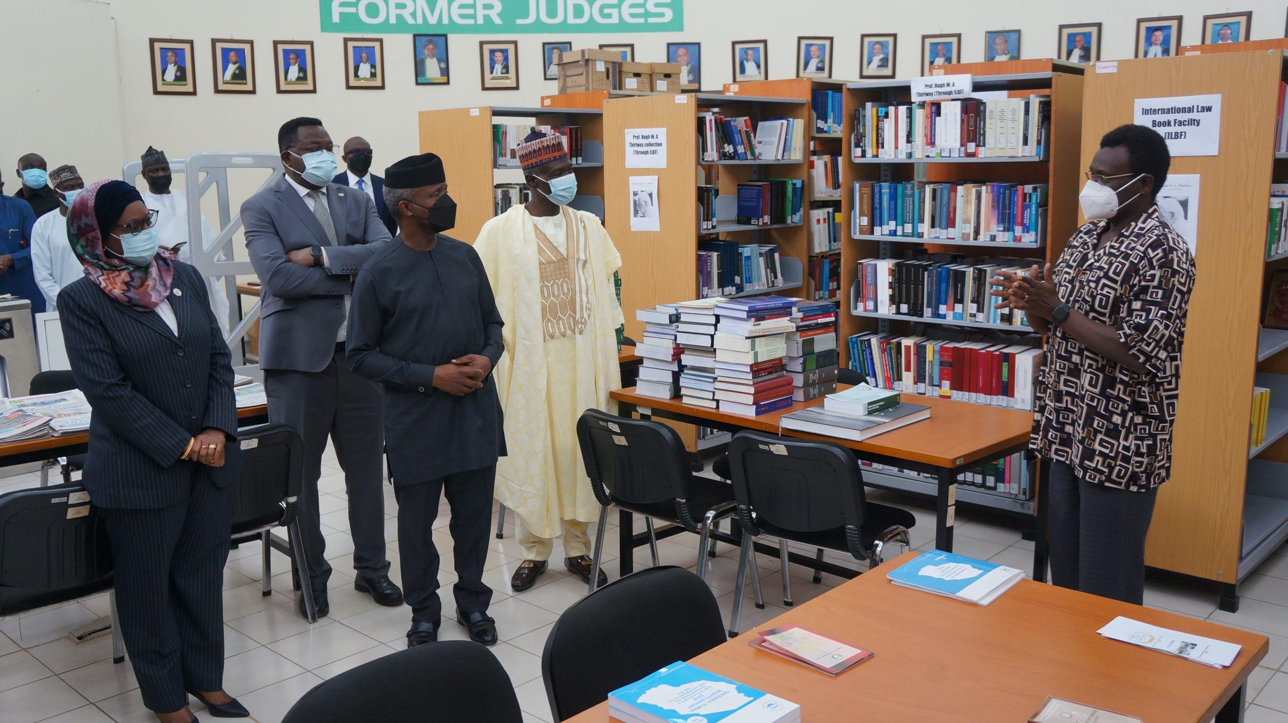 VICE-PRESIDENTE NIGENERIANA FAMILIARIZA-SE COM O TRIBUNAL AFRICANO
